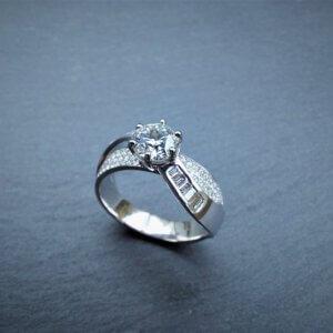 unieke one of a kind witgouden ring bezet met 100 briljanten en 12 baguettes met een flawless diamant van meer dan 1 carat