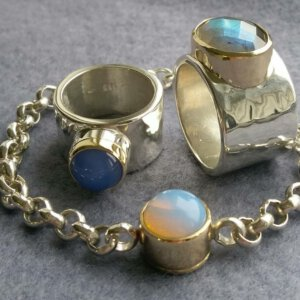 ring en armband van oud goud en zilver edelstenen met as