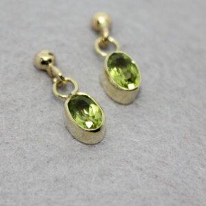 gouden oorstekers met het goud van oma en ovalen peridots