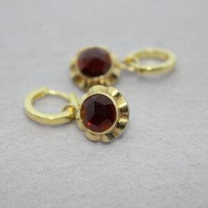 gouden creolen met bedels die gemaakt zijn van de oorstekers van oma