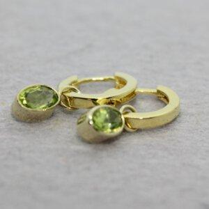 gouden creolen met ovalen peridots in gouden zetting