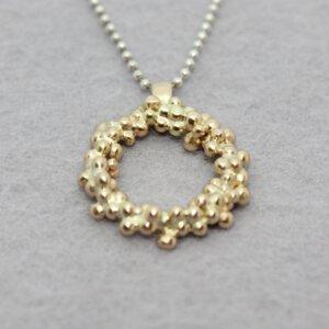 zilveren collier met hanger van omgesmolten oud goud