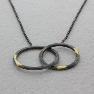 geoxideerd zilveren hanger met gouden accenten cirkels