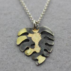 geoxideerd zilveren hanger botanisch monstera met gouden accenten