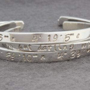 Zilveren armband met slaginscriptie coördinaten