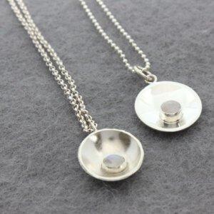 collier met zilveren hanger met maansteen