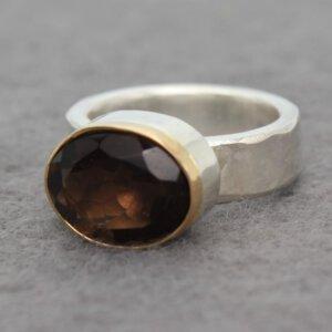 robuuste zilveren ring met facet geslepen rookkwarts in gouden zetting