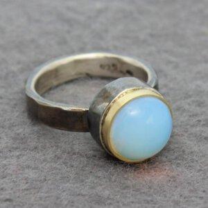 ring in geoxideerd zilver met opaliet in goud gezet