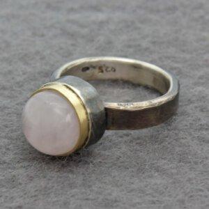 ring in geoxideerd zilver met rozenkwarts in goud gezet