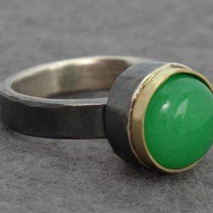 ring in geoxideerd zilver met aventurijn in goud gezet