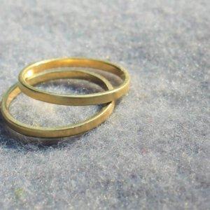 omgesmolten trouwring van echtgenoot tot twee ringen die haar trouwring kunnen omarmen