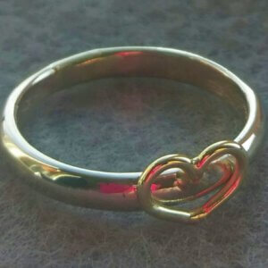 witgouden ring van gerecycled oud goud met geelgouden hart